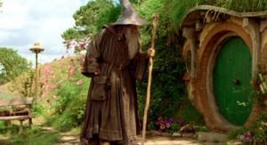Гендальф подходит ко входу в Нору Бильбо