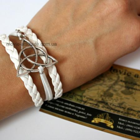 Кожаный браслет трикветра на руке